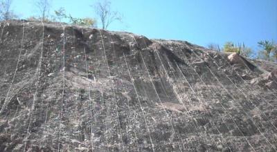 Lavoro di consolidamento del terreno con reti paramassi protettive